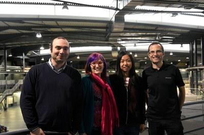 De dreta a esquerra els investigadors Roberto Boada, Jingjing Zhao i Cristina Palet, i  Carlo Marini d'ALBA
